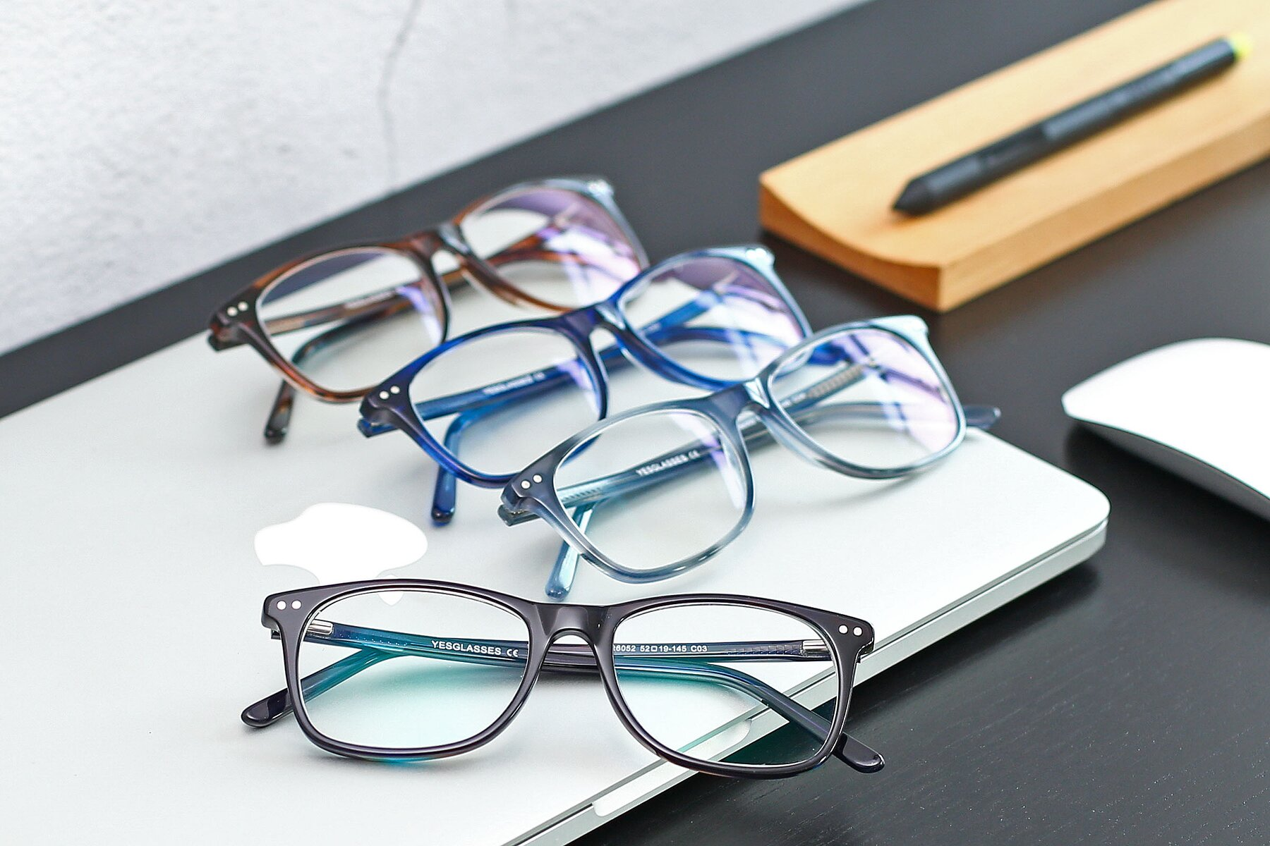Lifestyle photography #4 of SR6052 in Striped Black-Brown with Clear Eyeglass Lenses