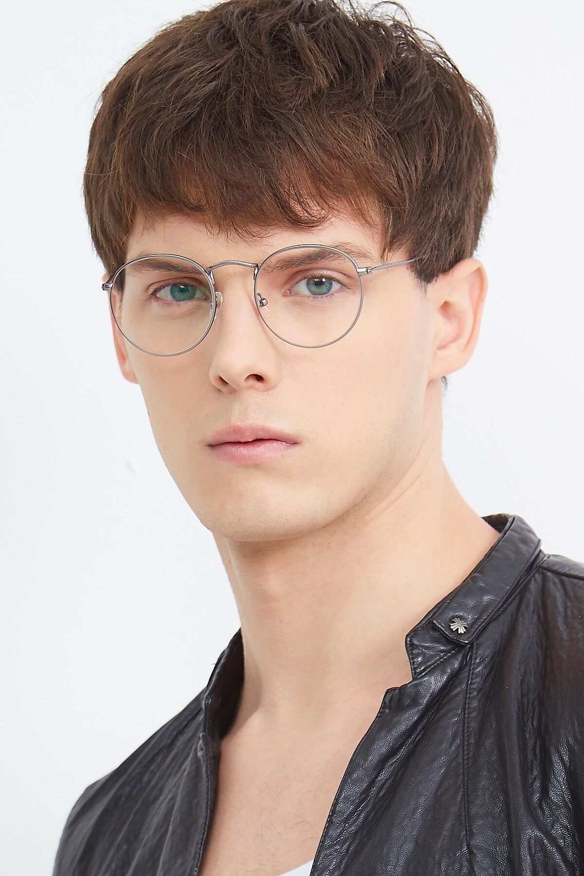 Men's lifestyle photography (portrait-2) of SR1552 in Gunmetal with Clear Eyeglass Lenses