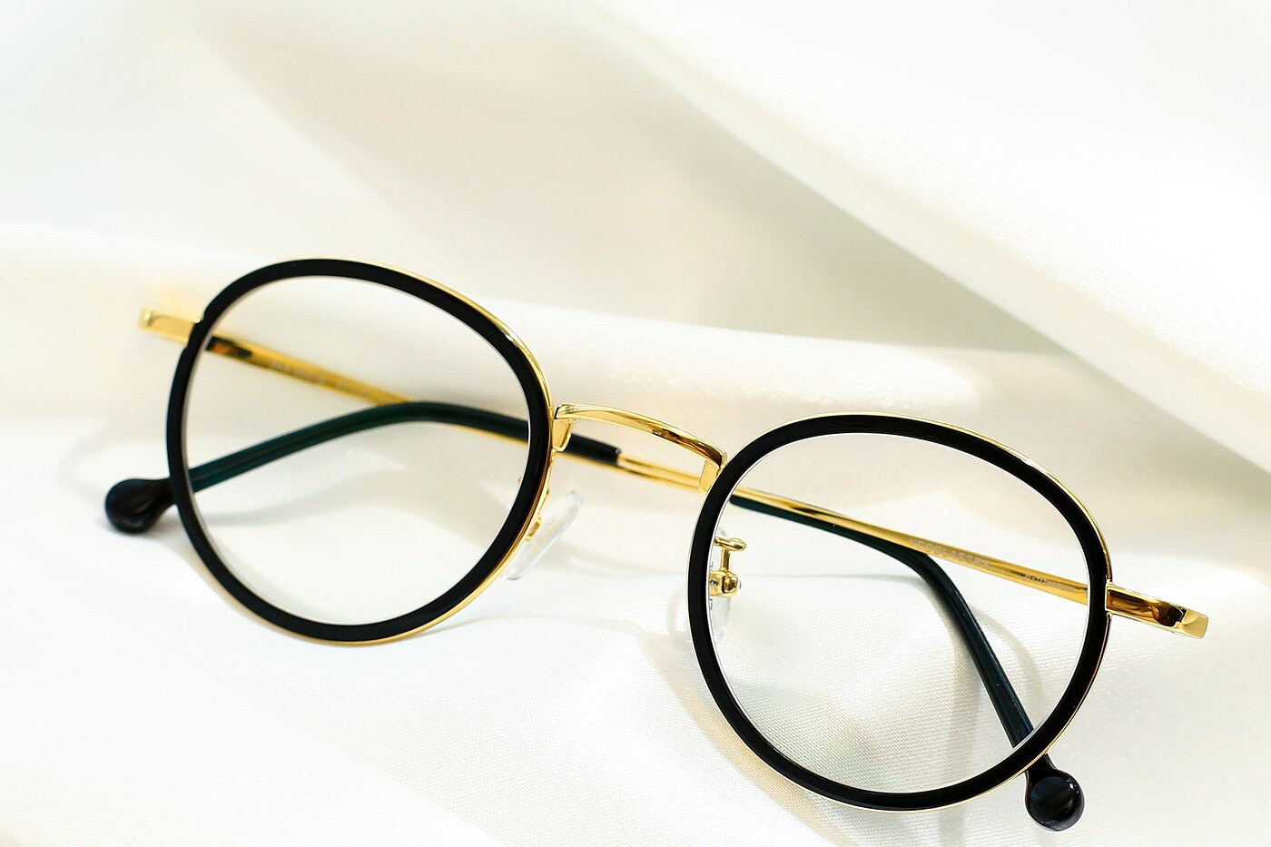 Black-Gold Retro-Vintage Lightweight Round Eyeglasses