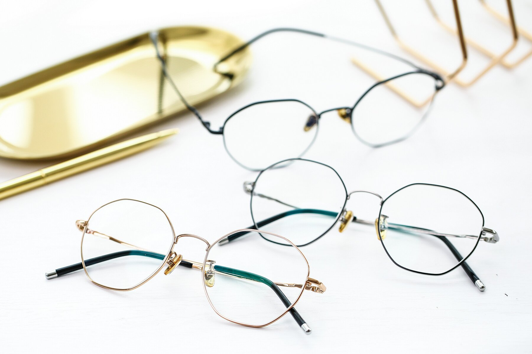 Lifestyle photography #4 of 90059 in Gold with Clear Eyeglass Lenses