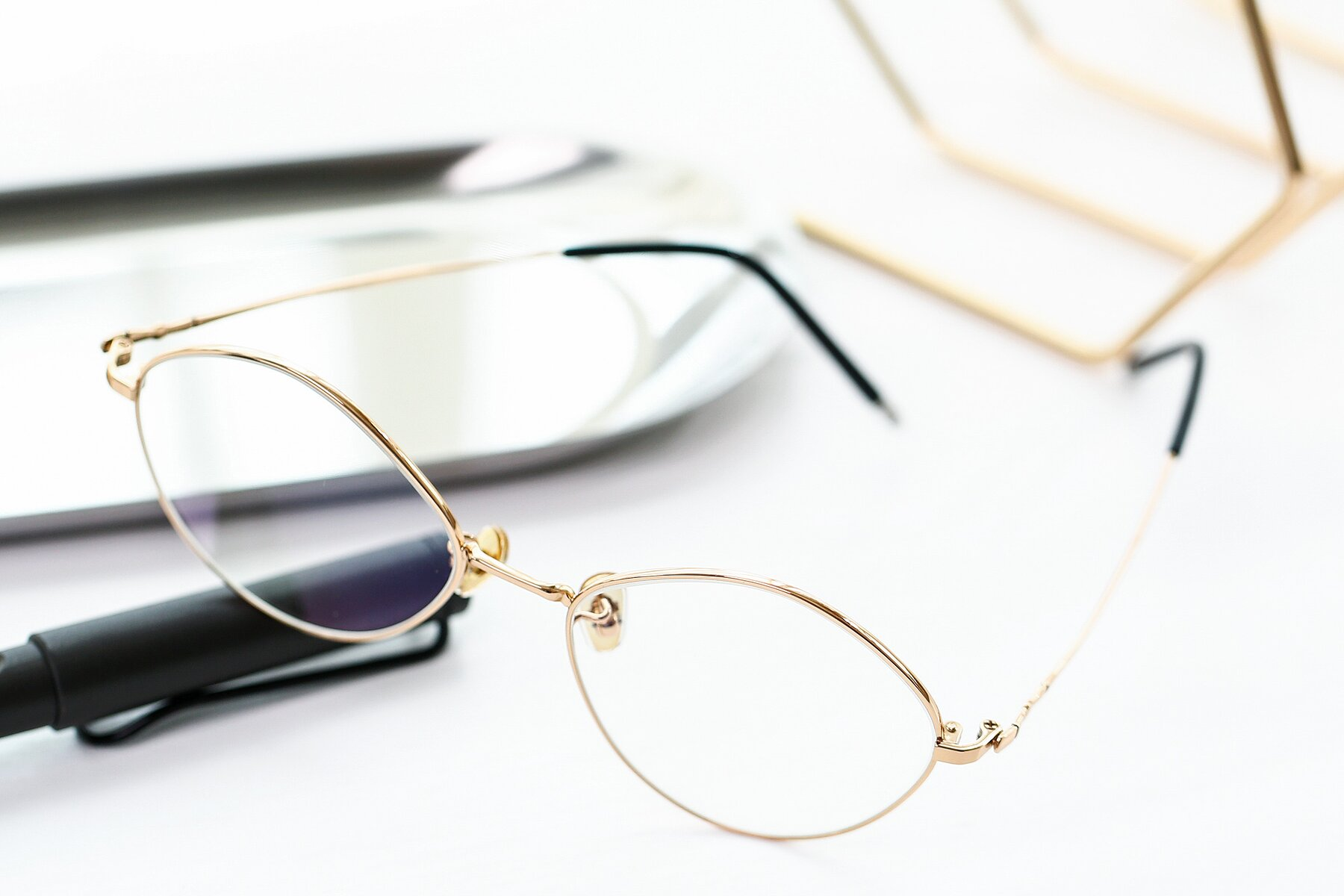 Lifestyle photography #2 of 90029 in Gold with Clear Eyeglass Lenses