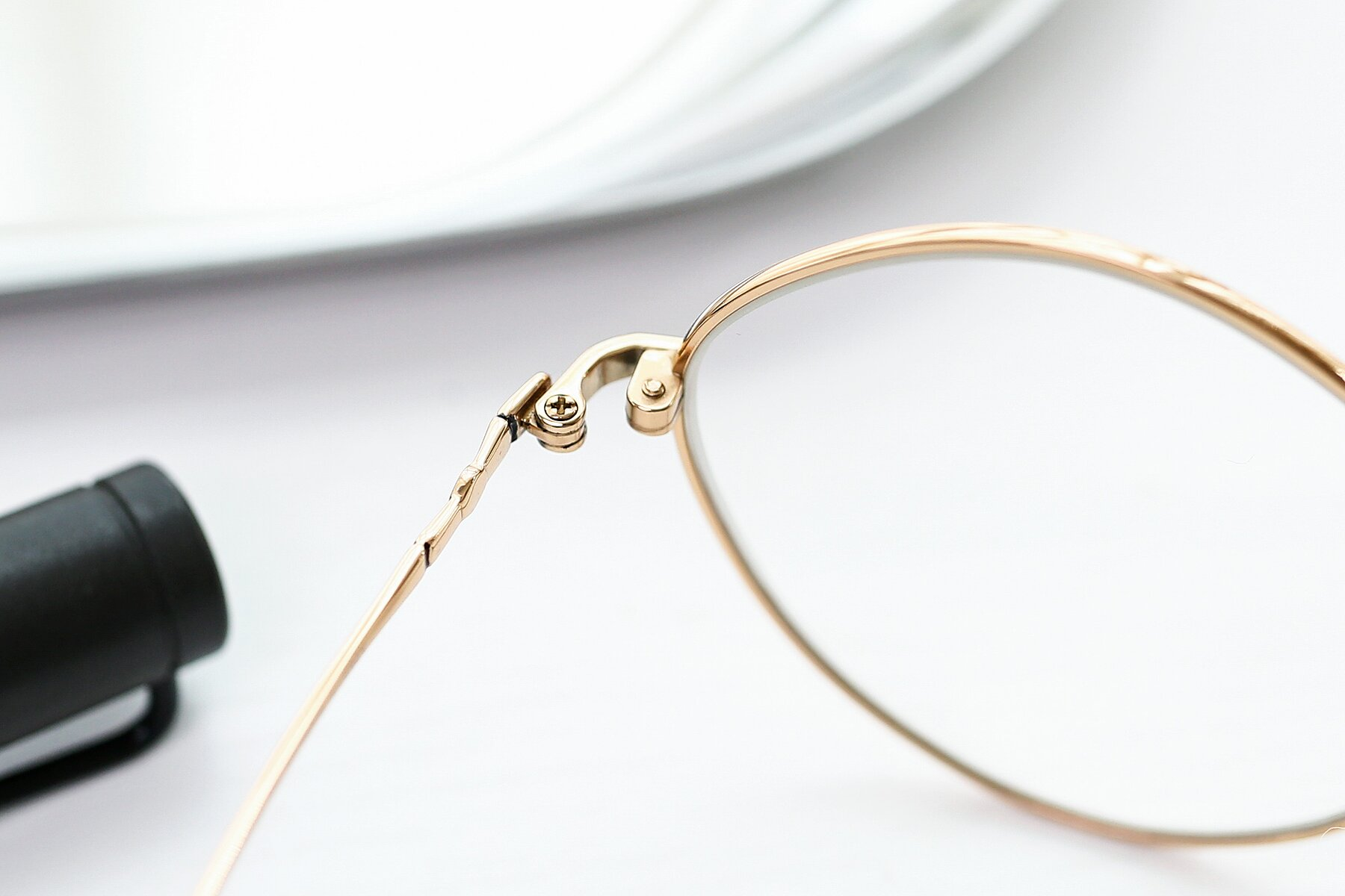 Lifestyle photography #3 of 90029 in Gold with Clear Eyeglass Lenses
