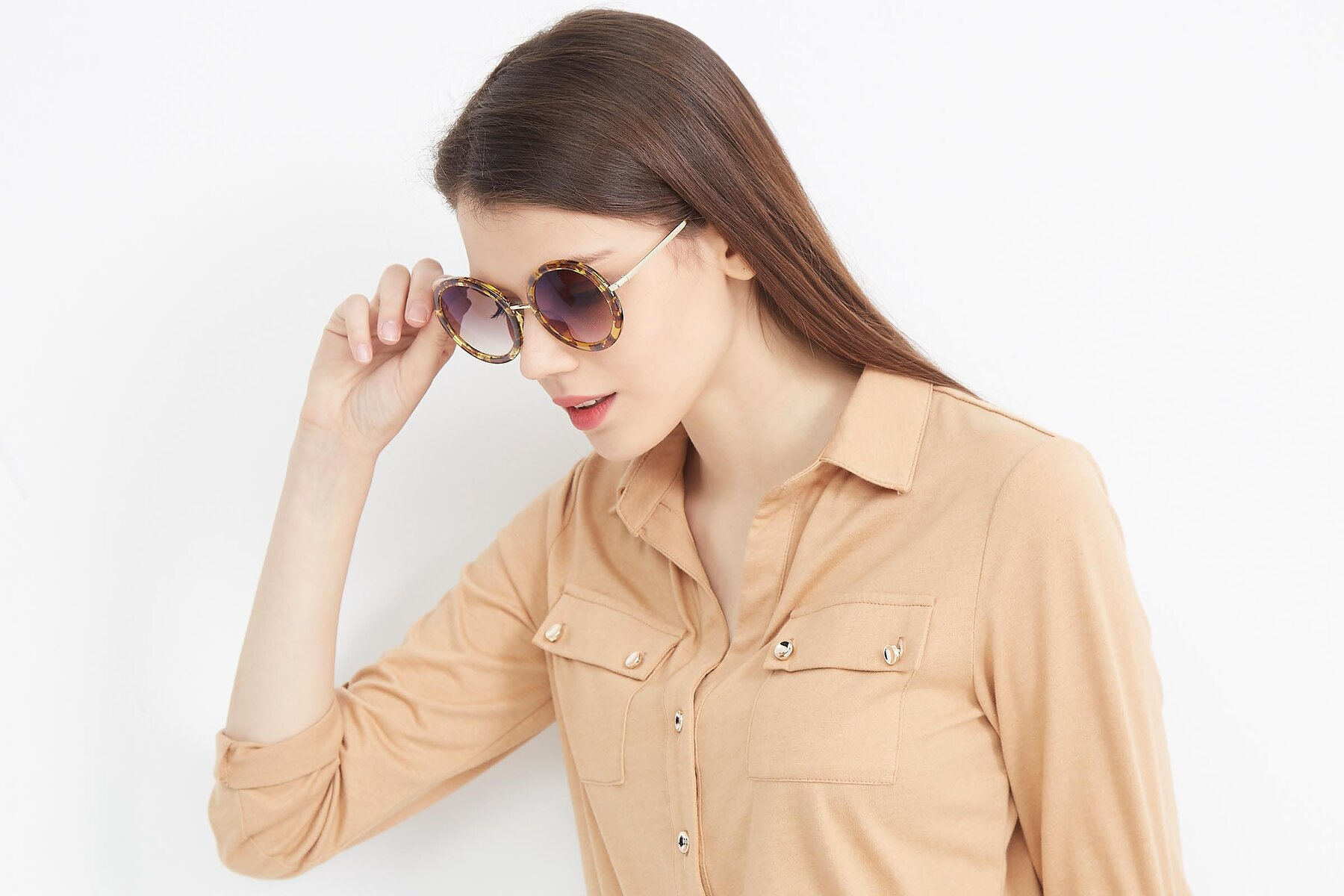 Women's lifestyle photography (landscape-2) of Bloom in Transparent Tortoise with Brown Gradient Lenses