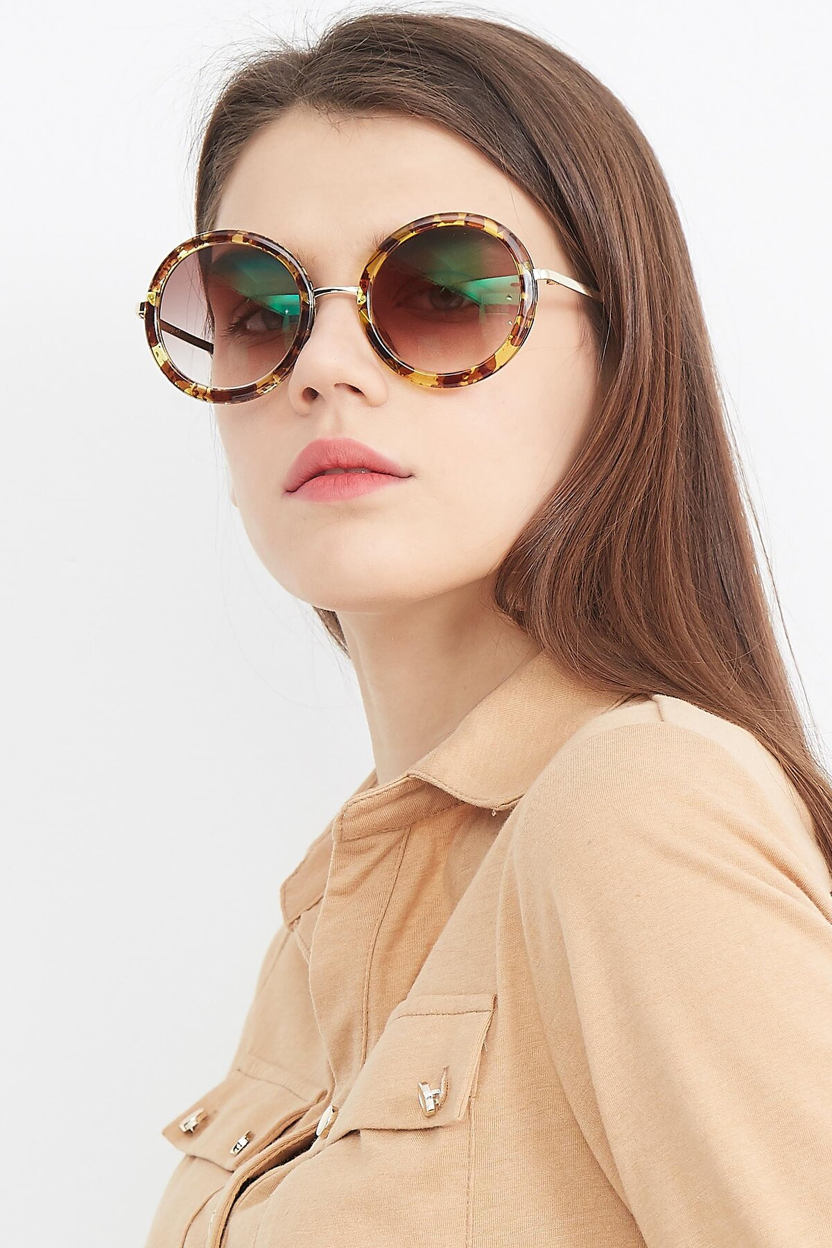 Women's lifestyle photography (portrait-1) of Bloom in Transparent Tortoise with Brown Gradient Lenses