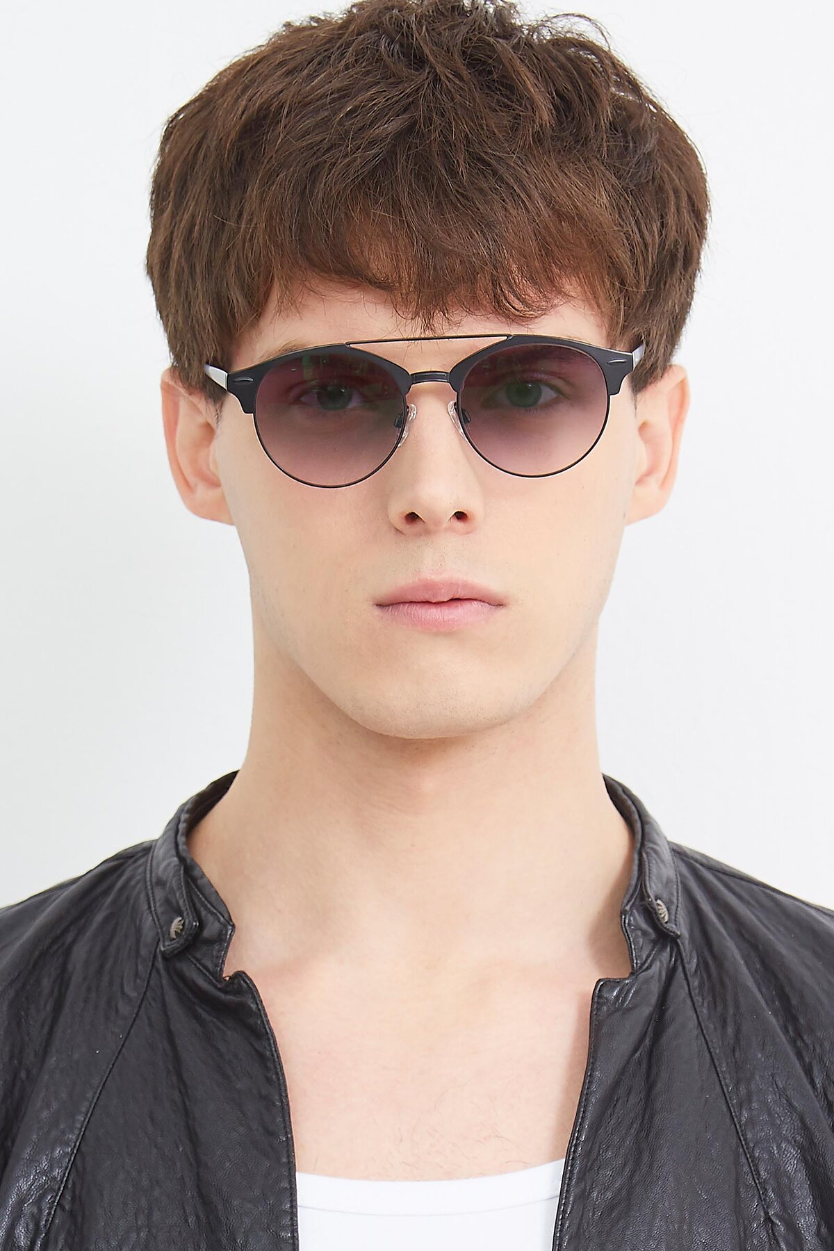 Men's lifestyle photography (portrait-1) of SSR183 in Black with Gray Gradient Lenses