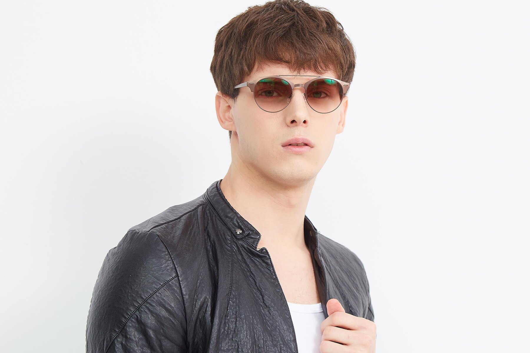 Men's lifestyle photography (landscape-1) of SSR183 in Chocolate with Brown Gradient Lenses