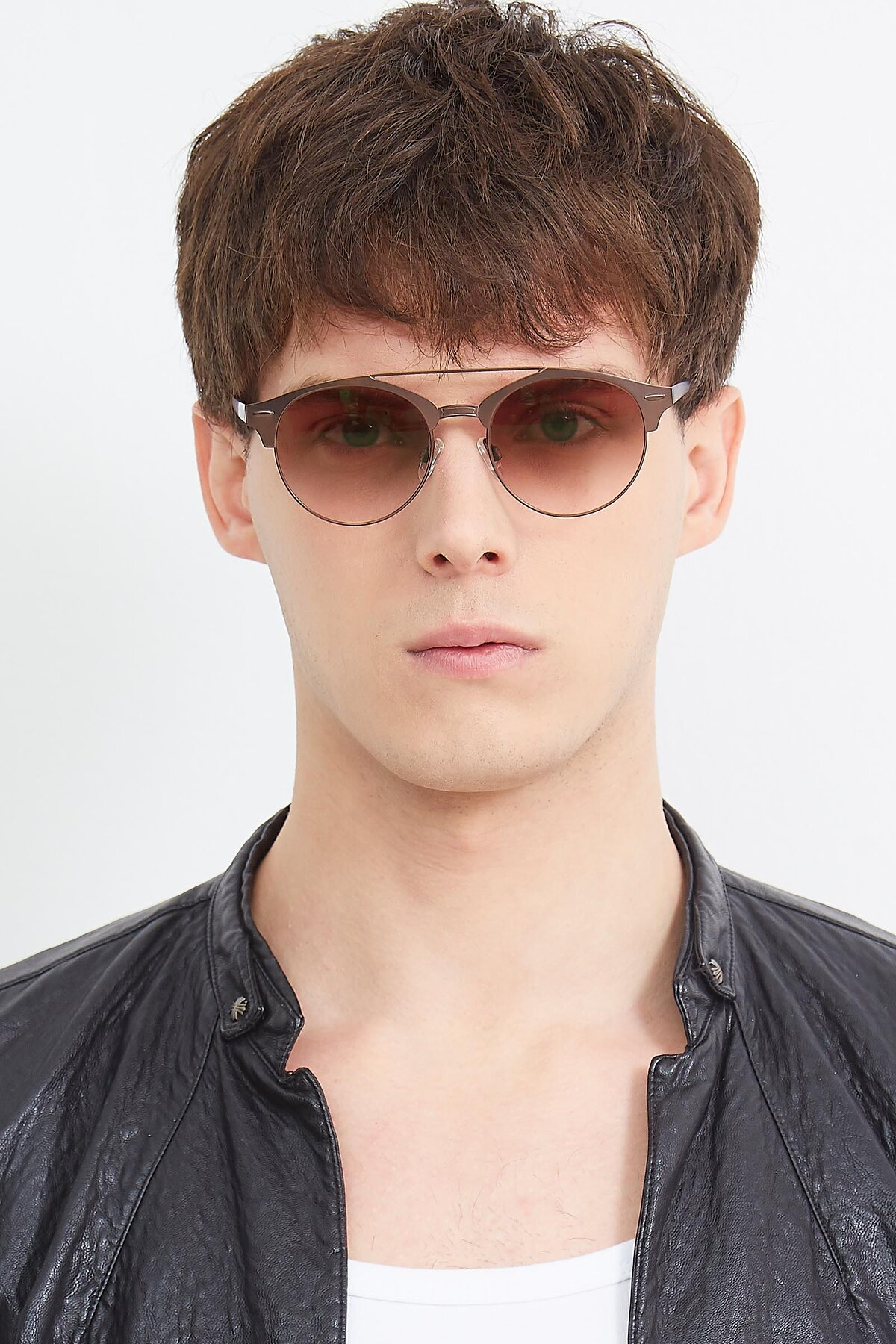 Men's lifestyle photography (portrait-1) of SSR183 in Chocolate with Brown Gradient Lenses