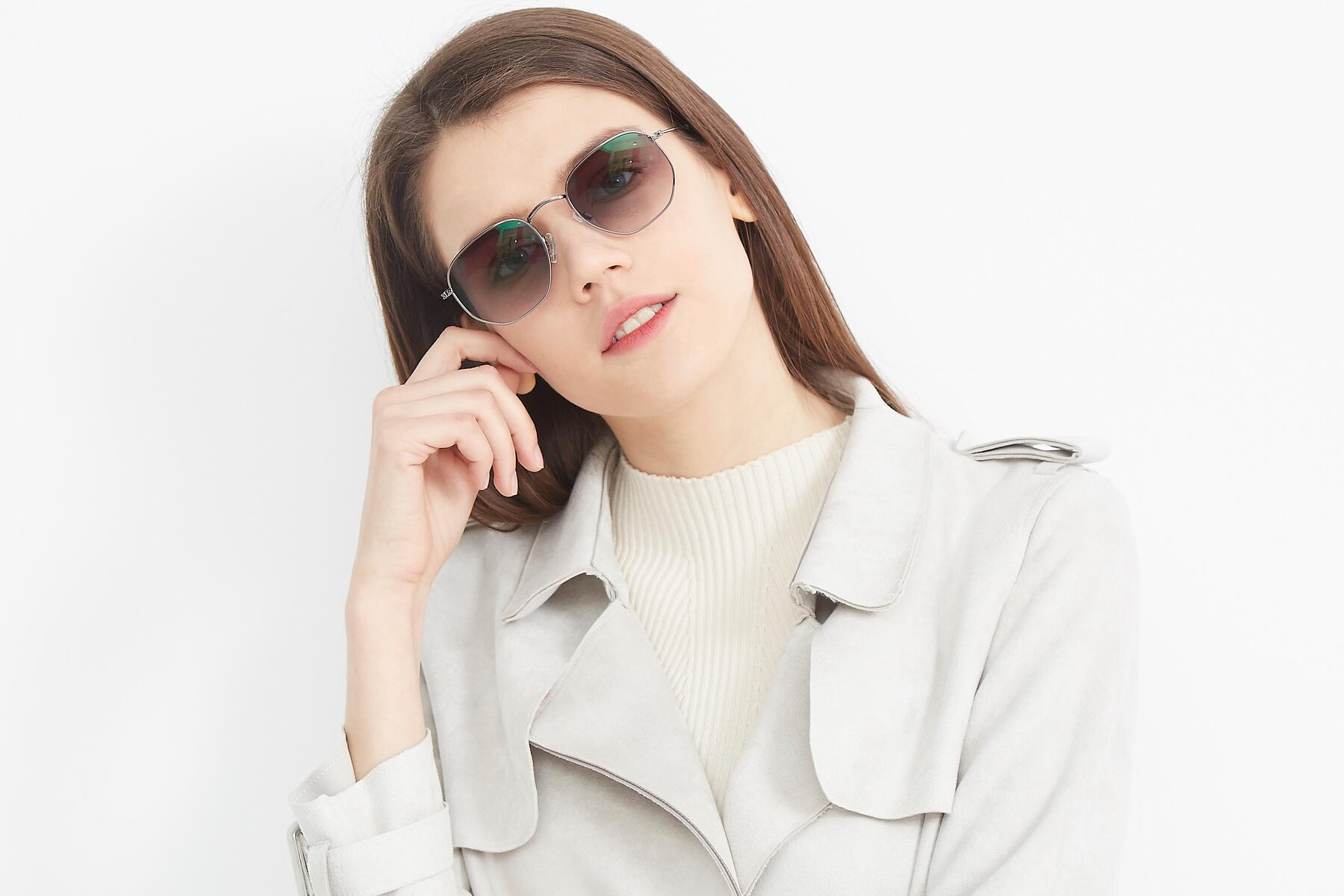 Women's lifestyle photography (landscape-1) of SSR1943 in Grey with Gray Gradient Lenses