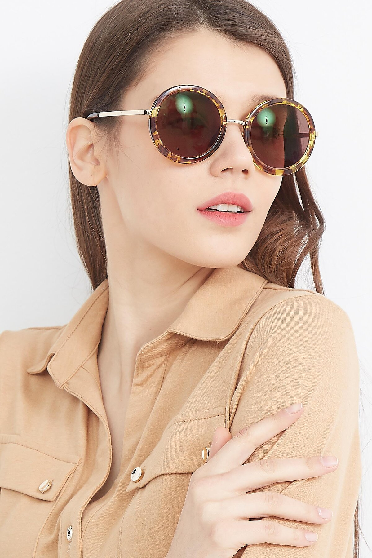 Women's lifestyle photography (portrait-1) of Bloom in Transparent Tortoise with Brown Tinted Lenses