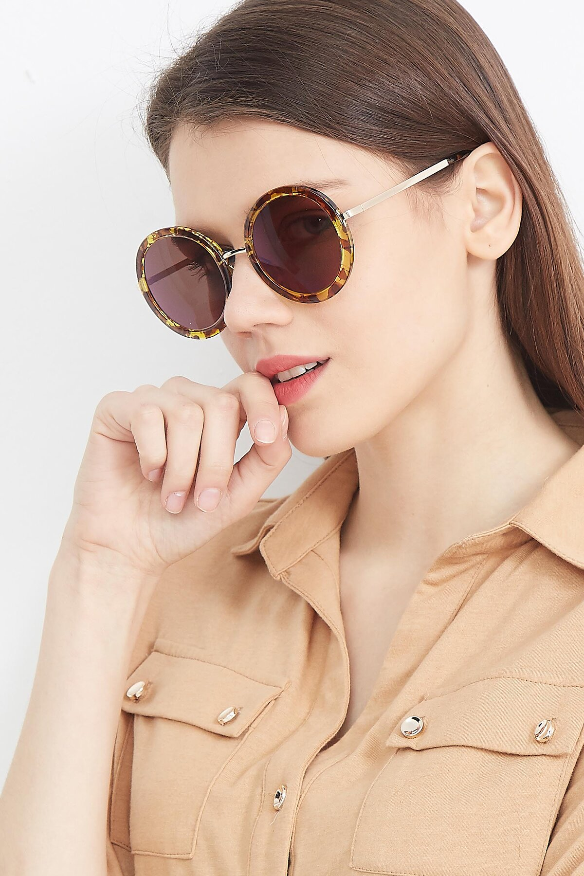 Women's lifestyle photography (portrait-2) of Bloom in Transparent Tortoise with Brown Tinted Lenses