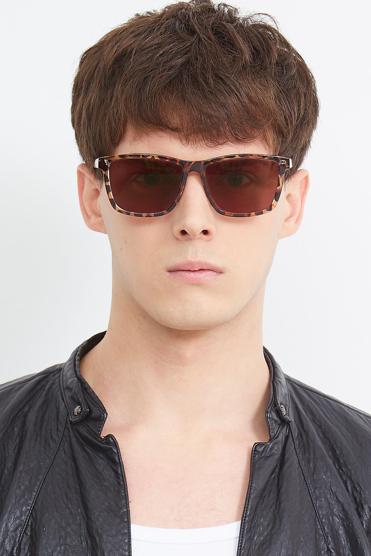 Men's lifestyle photography (portrait-1) of Sheldon in Tortoise with Brown Tinted Lenses