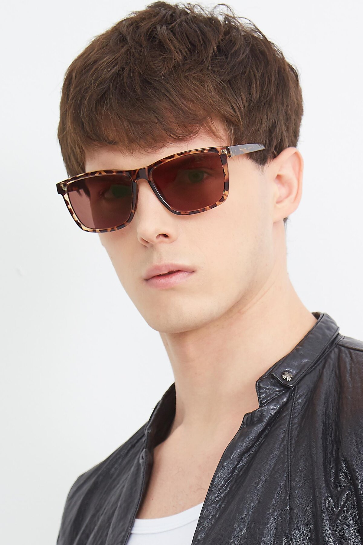 Men's lifestyle photography (portrait-2) of Sheldon in Tortoise with Brown Tinted Lenses