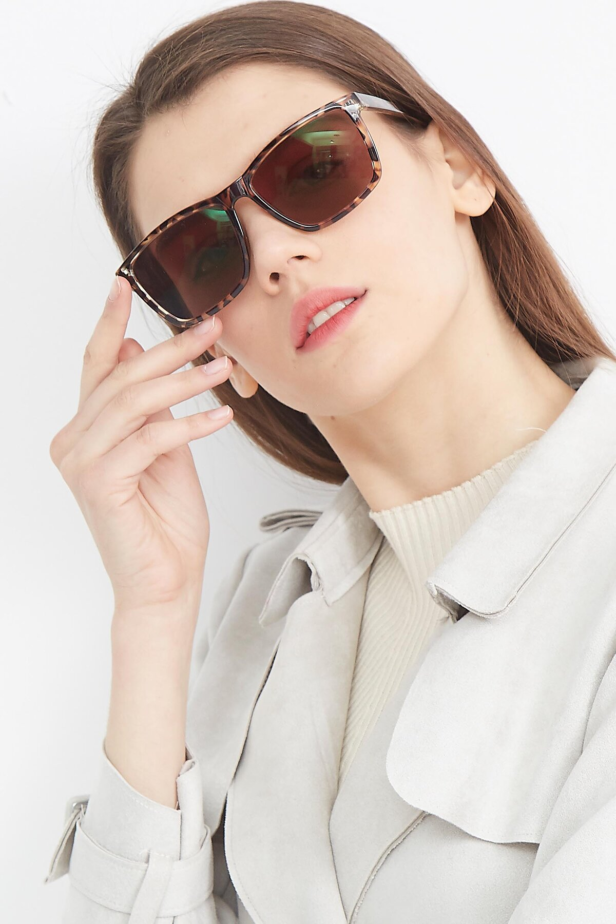 Women's lifestyle photography (portrait-2) of Sheldon in Tortoise with Brown Tinted Lenses