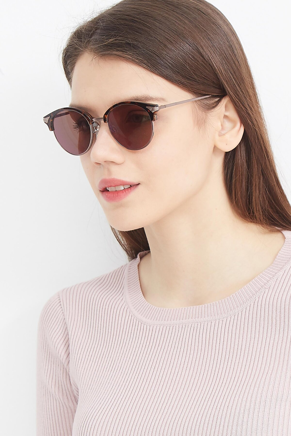 Women's lifestyle photography (portrait-2) of Hermione in Tortoise-Brown with Brown Tinted Lenses