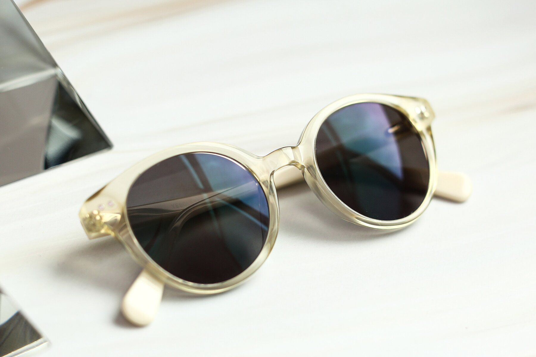Lifestyle photography #1 of 17277 in Transparent Beige with Gray Tinted Lenses